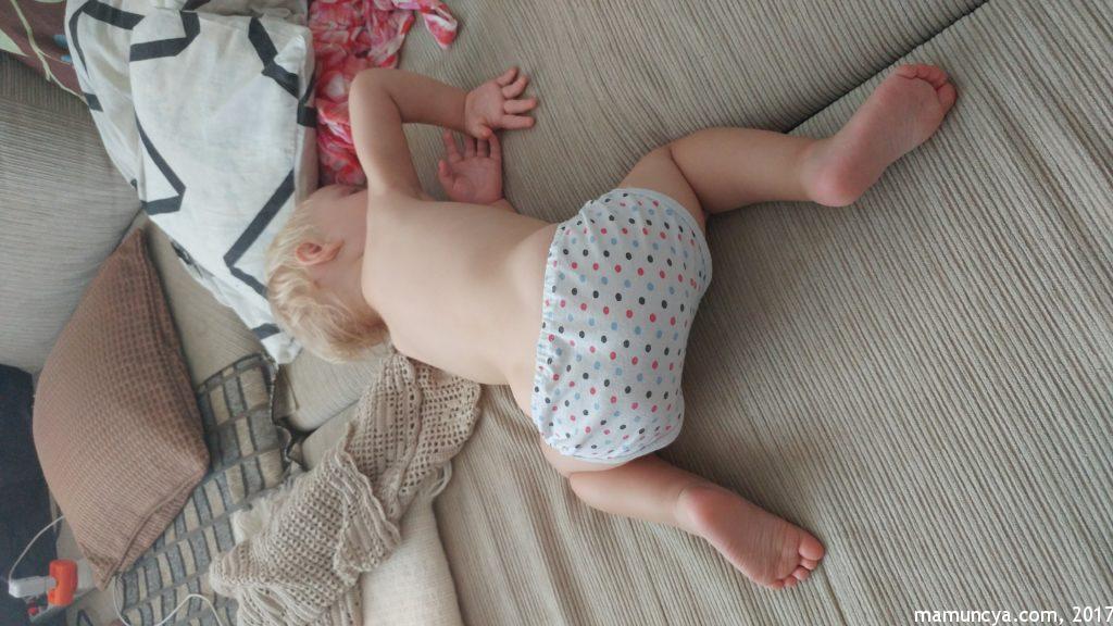 Спить без підгузника