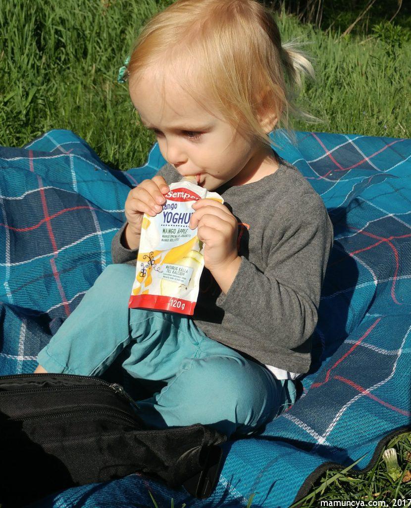 Доця їсть фруктовий йогурт від Semper