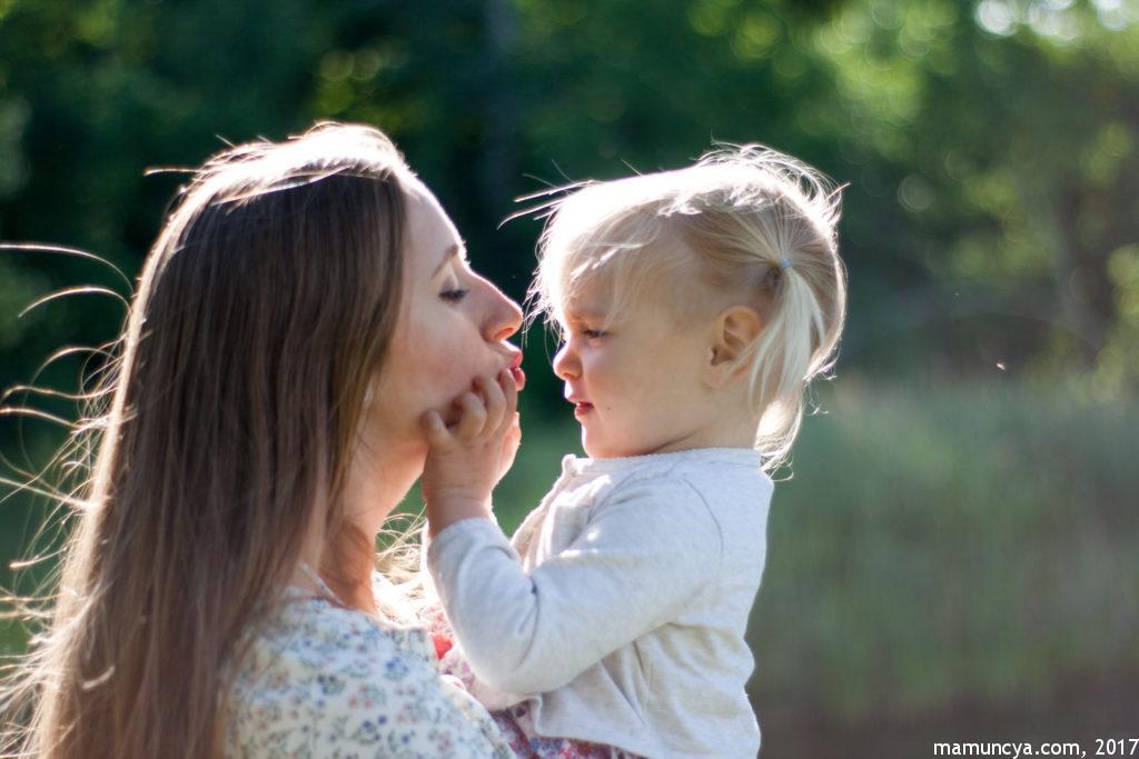 Мама і донечка, цьом